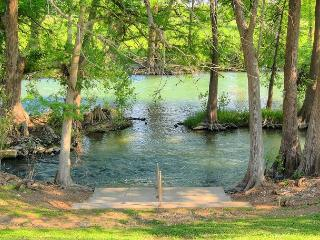 4 Bed/ 4 Bath condo! 2 kitchens! Right on the River!, New Braunfels