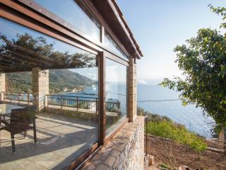 Villa 50mt to the Beach & stunning sea view,3 bedrooms, Wifi, BBQ,great location, Ravdoucha