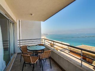 A private balcony & shared hot tub w/ stunning ocean views!, Renaca