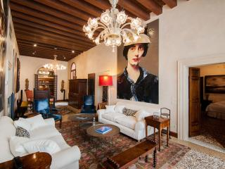 Muazzo Palace  5 STAR Venice  Luxury Sleeps 8, Veneza