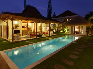 12BR Villa Oberoi, Seminyak - 700 m from The Beach