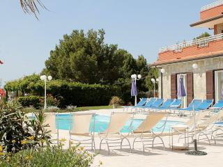 Camella Villa Sleeps 14 with Pool Air Con and WiFi - 5228453