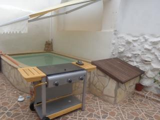 Spacious Traditional Townhouse with Plunge Pool, Oliva