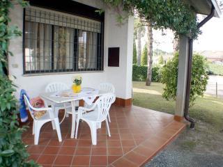 Villetta al piano terra con giardino su tre lati in Residence privato