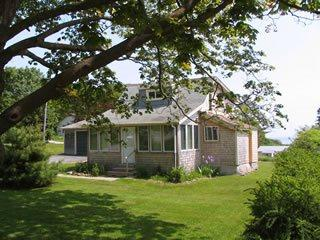 Charming bungalow with stunning views of Penobscot Bay and walk to downtown., Rockland