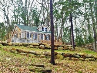 Peaceful, tree laden haven - a simple getaway with water views, Rockland