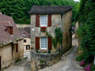 Two Bed/Bath Stone Cottage in Village, Beynac-et-Cazenac