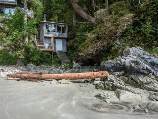 Beach Nest Cabin & Private Hot Tub - Sauna, Tofino