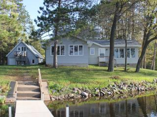 Modern Spacious Home on Beaver Lake Sleeps 10/14, Hayward