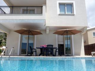 Large family villa, disabled facilities. FREE WiFi, Peyia