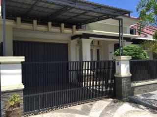 Cozy and Luxury Home Near Beaches, Padang