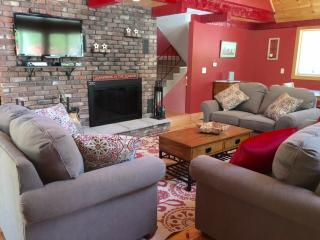 North Conway Village Chalet- 4 Bed 3 Bath - Walk to Village - Hot Tub.  Dogs Ok