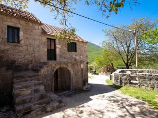 Private etno village traditional House VRGODINJ, Makarska