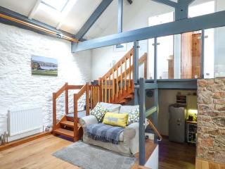 THE OLD BARN, character pet-friendly conversion, woodburner, WiFi, courtyard, Galmpton near Brixham Ref 937670