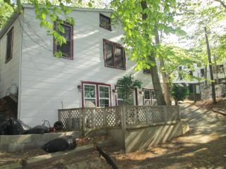 Summer cottage in quiet haven-cottage lower level, Baiting Hollow