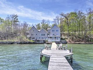 'Lakeside Harmony' Magnificent 4BR + Sleeping Loft Geneva House on Seneca Lake w/Private Hot Tub, Dock & Direct Lakefront Access - Ideal for Reunions & Multi-Family Getaways!, Genebra