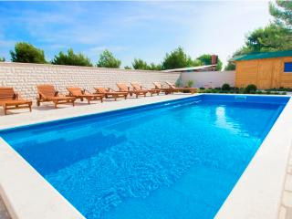 Luxury apartment with swimming pool A3