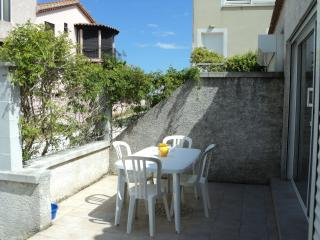 Lovely 2 Bed Home + Terrace Steps to River & Beach, La Tamarissiere