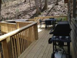 Private Cabin, Hot Tub, Fire Place & Dogs Welcome!