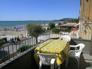 SUL LUNGOMARE appartamento al centro con terrazza, Castiglione Della Pescaia