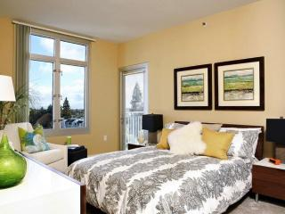 Furnished 2-Bedroom Apartment at El Camino Real & Ortega Ave Los Altos, Vue sur la montagne