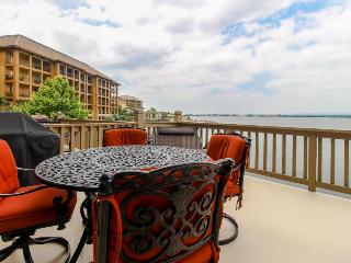 Lovely lakefront townhome boasting private dock and two decks!, Horseshoe Bay
