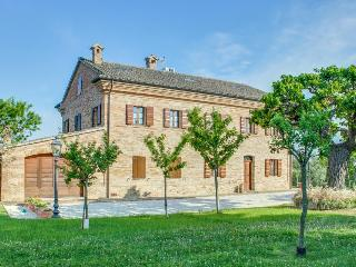 Fourplex w/seasonal private pool, hot tub, gardens, & more!, Senigallia