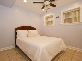 Comfy 2 Bedroom in Lovely Irving Park, Montrose