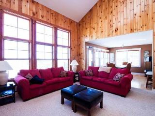 Luxury ski-in ski-out condo with spa, hot tub, pool access!, Killington
