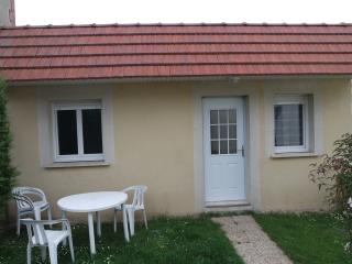 Nice small house in a private garden, Ouistreham