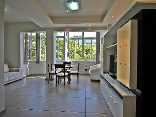 Confy and reformed apartment near Copacabana beach to up to 8 people. T011, Rio de Janeiro