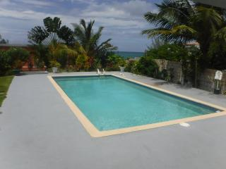 Coastal Condos 10 minutes walk to beautiful beach, Ocho Rios