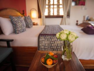 3Suites - Queen Room, ensuite, rooftop lounge!, Siem Reap