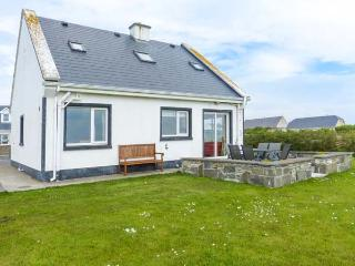 5 RINEVILLA VIEW, pet-friendly, sea views, open fire, en-suites, in Cross near C