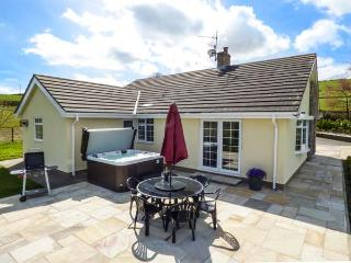 BRYN TIRION, detached, games room, hot tub, woodburner, nr Abergele, Ref 927586