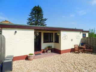 BAINSIDE HOLIDAY LODGE, single-storey cottage with WiFi, patio, free fishing, Woodhall Spa Ref 935947