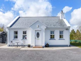 CHURCH VIEW, single-storey country cottage, multi-fuel stove, garden, ideal touring base, Newport Ref 936671, Roscahill