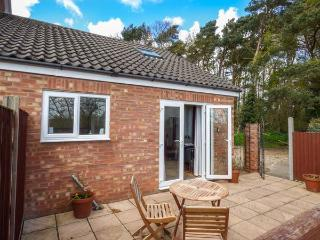 HIGHFIELD, one bedroom romantic cottage, pet-friendly, private patio, WiFi, nr C