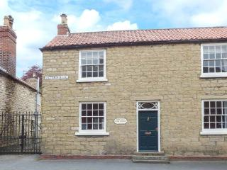 THE OLD PIPE HOUSE, semi-detached Georgian house, woodburning stove, enclosed garden, in Malton, Ref 938055