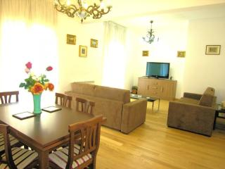 Bardino apartment in Duomo with WiFi, air conditioning, balcony & lift.