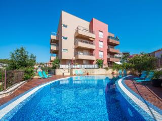 Lovely apt with 85 sqm pool, just 100m from beach, 2km from Trogir Old Town