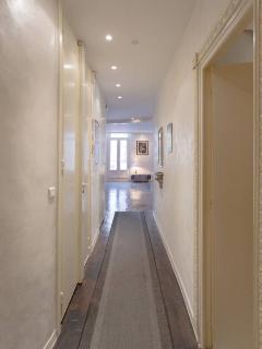 Couloir, vu des chambres du fond