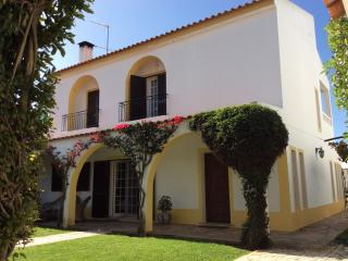 Wonderful 6 bed house. Private heated pool. Near beach.