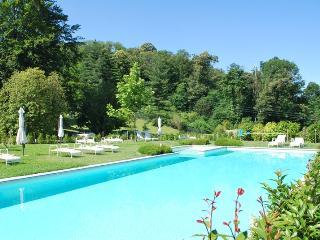 Appartamento al piano terra con giardino e piscina, Meina