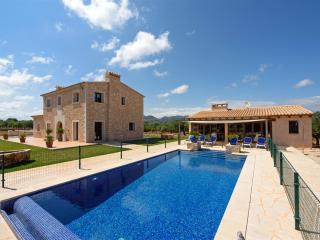 Finca Sa Pletassa for 8 people, 2 min from beach with BBQ, pool, terrace & wifi