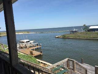 """Dru Inn"" 3 Bedroom / 2 Bath - On the Bay with Boat Dock and Great Views!, Dauphin Island"