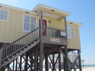 'Seascape' 4 Bedroom, 2 Bath - Sleeps 9, Directly on the Gulf - Great Deck!, Dauphin Island