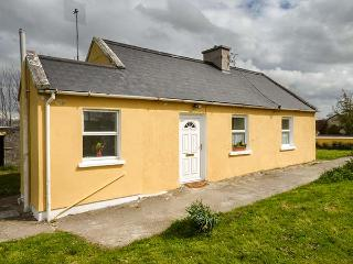 ADARE FIELD COTTAGE, oil stove, private garden, off road parking, Ballingarry Ref 933140, Kilmihil