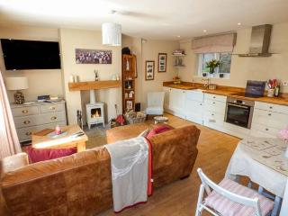 PUDDLE DUCK COTTAGE, mid-terrace, romantic,woodburner, WiFi, in Swainby, Stokesley, Ref 929402