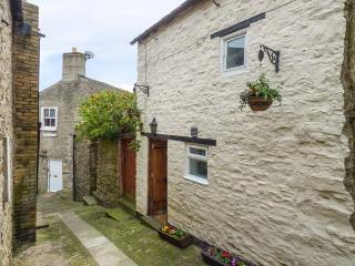 COBBLE COTTAGE, stone-built, central location, en-suite bedroom, in Barnard Castle, Ref 935776